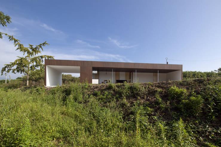 風が通り抜ける気持ちよい住宅: 松本匡弘建築設計事務所が手掛けた家です。