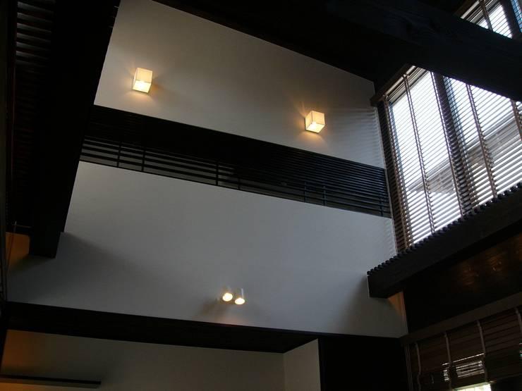 リビング: 鈴木祐介建築事務所が手掛けたリビングです。