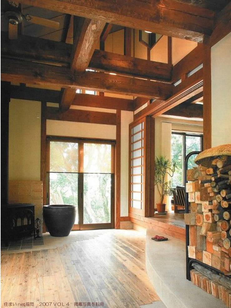 玄関土間: アトリエ優 一級建築士事務所が手掛けた和室です。