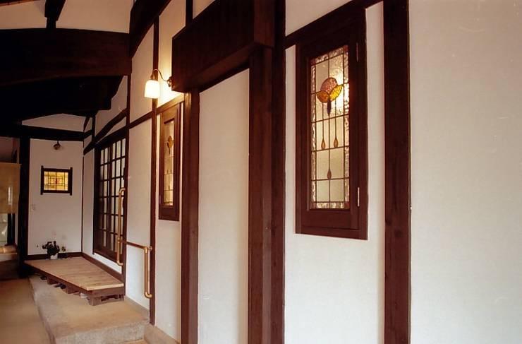 ステンドグラス: アトリエ優 一級建築士事務所が手掛けた壁です。