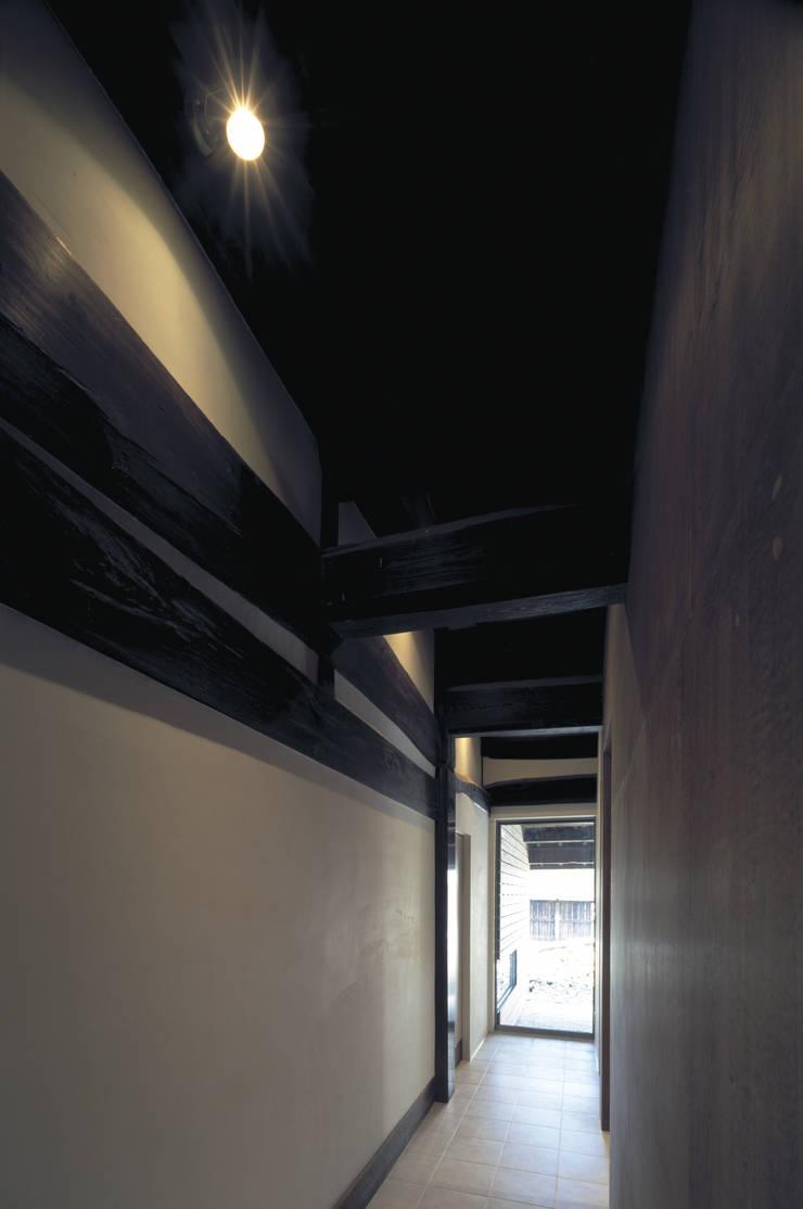 二軒屋の家: 松本匡弘建築設計事務所が手掛けた廊下 & 玄関です。