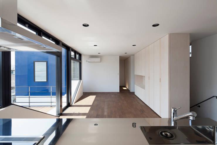 街道の家: 松本匡弘建築設計事務所が手掛けたリビングです。