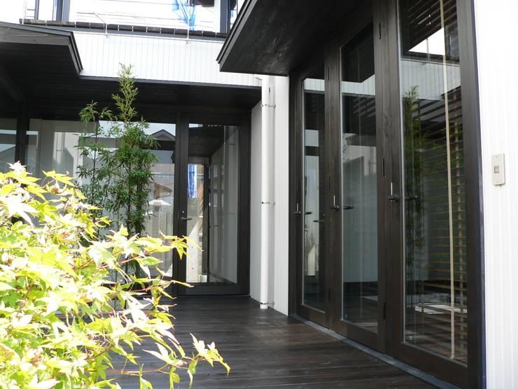 中庭: 鈴木祐介建築事務所が手掛けた庭です。