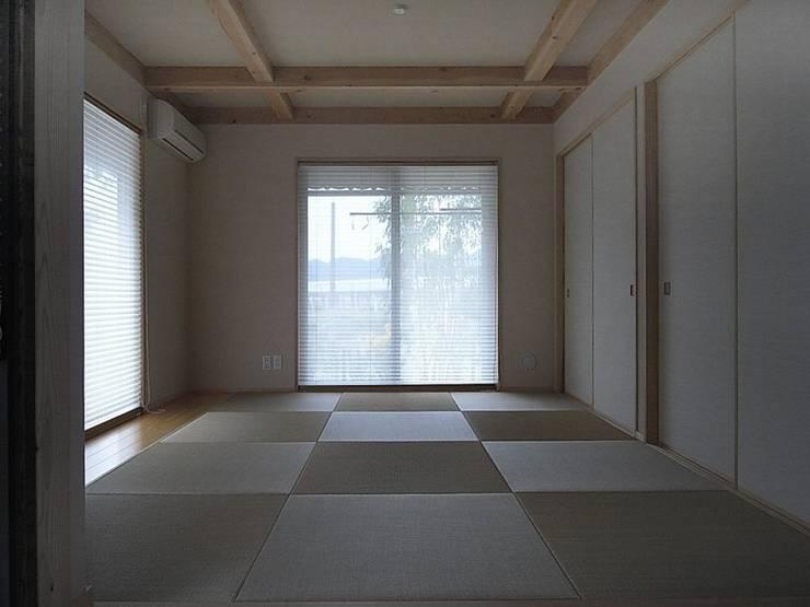たたみ敷きの寝室: アトリエ優 一級建築士事務所が手掛けた壁です。