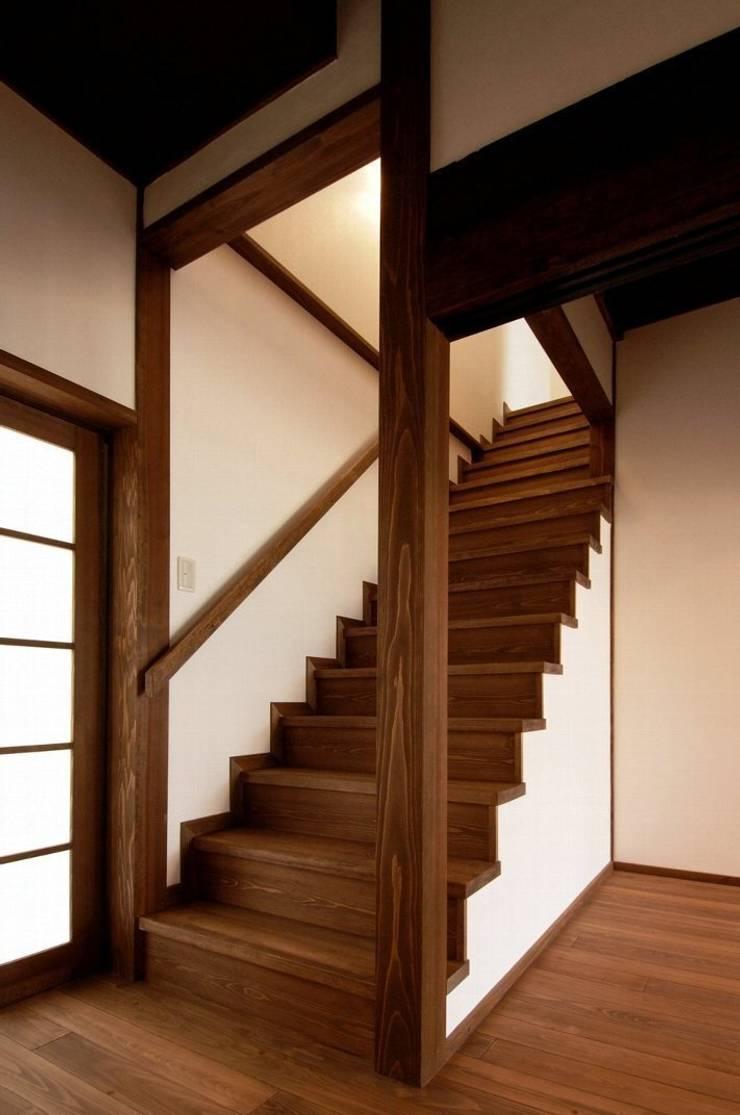 階段: アトリエ優 一級建築士事務所が手掛けた廊下 & 玄関です。