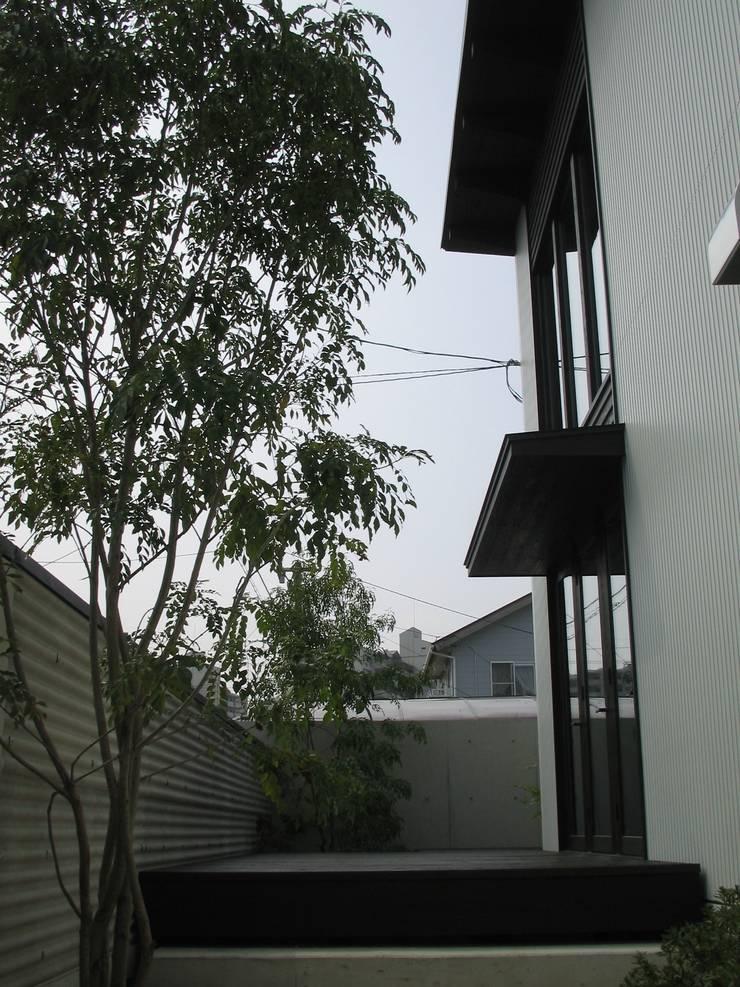 前庭: 鈴木祐介建築事務所が手掛けた庭です。
