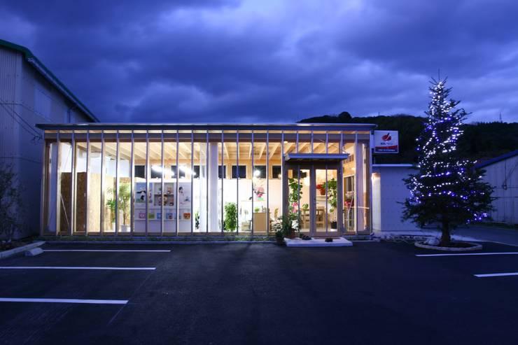 正面外観、夜景: 上野貴建築研究所が手掛けた家です。
