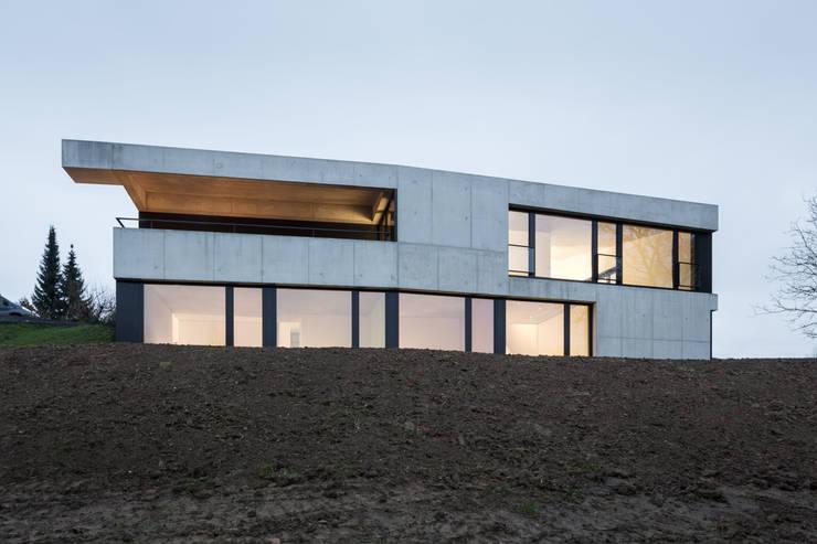 Einfamilienhaus Brunnaderenstrasse / CH-8193 Eglisau: moderne Häuser von Jäger Zäh Architekten