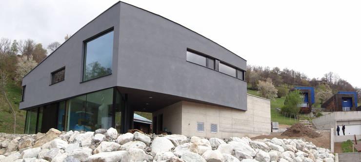 Ansicht Süd-West: moderne Häuser von Balzani Diplomarchitekten