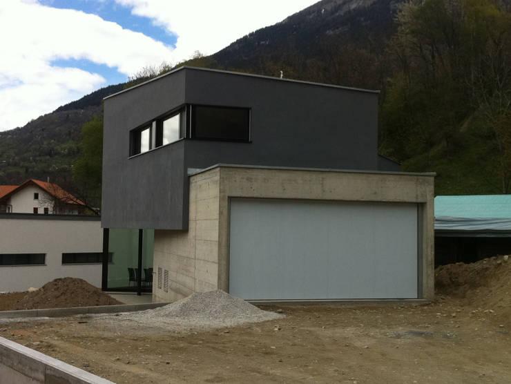 Ansicht Ost: moderne Häuser von Balzani Diplomarchitekten