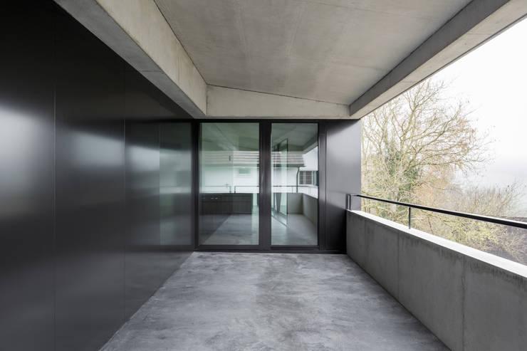 Einfamilienhaus Brunnaderenstrasse / CH-8193 Eglisau:  Terrasse von Jäger Zäh Architekten