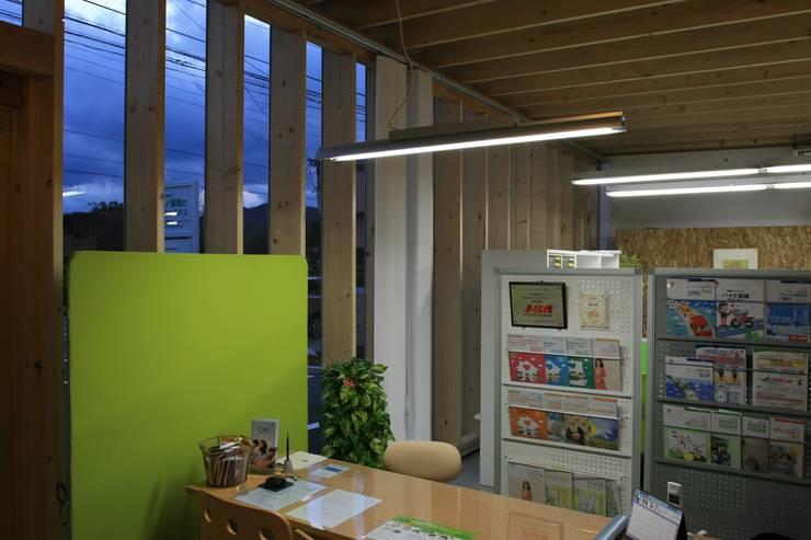 事務所から外を見る: 上野貴建築研究所が手掛けたオフィス&店です。