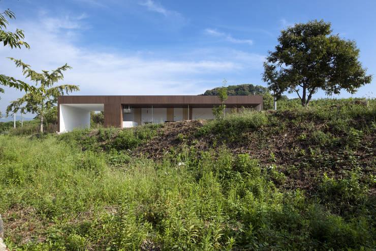 自然のなかで生きる住宅: 松本匡弘建築設計事務所が手掛けた家です。