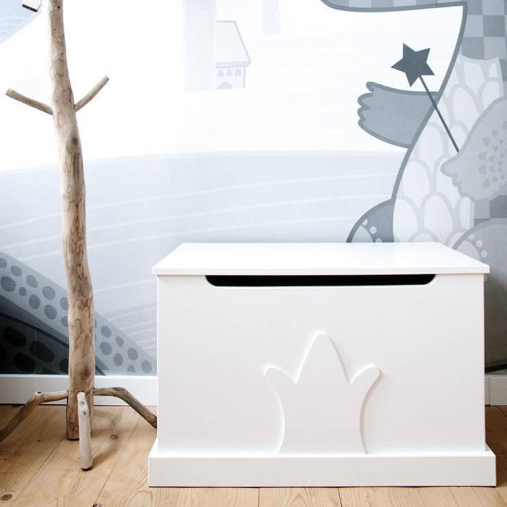 Speelgoedkist kroon: moderne Kinderkamer door Klein & Stoer
