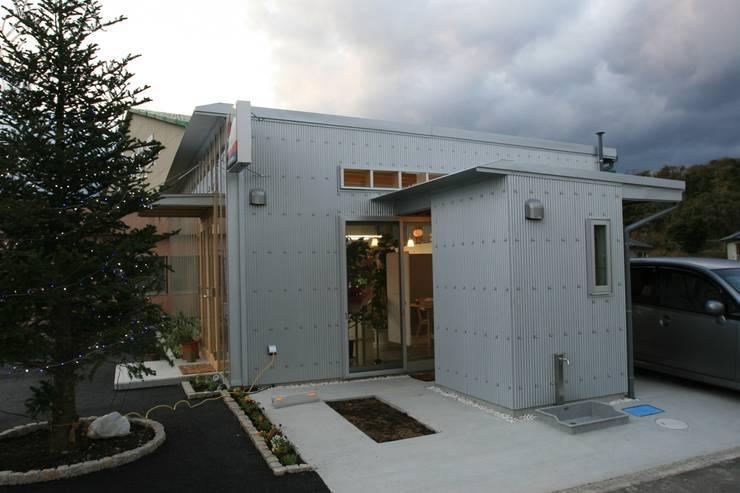 屋外便所外観: 上野貴建築研究所が手掛けた家です。