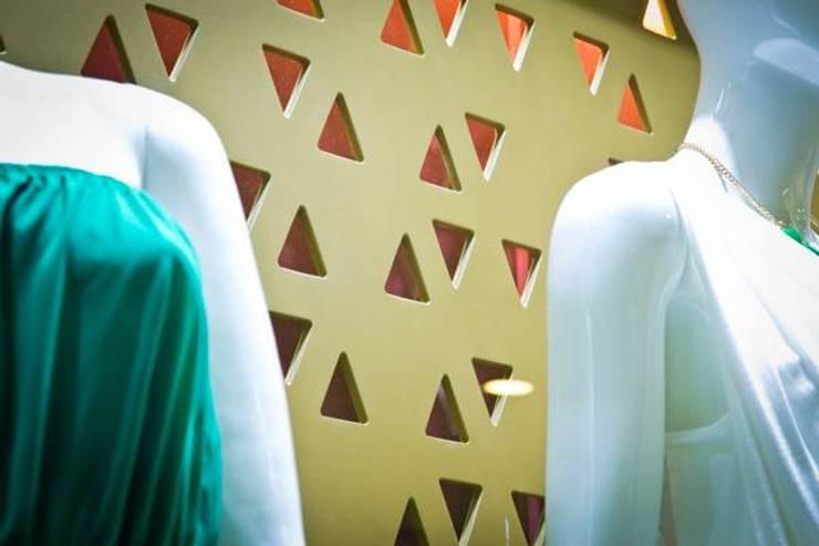 Mamparas: Espacios comerciales de estilo  por Vulca Studio