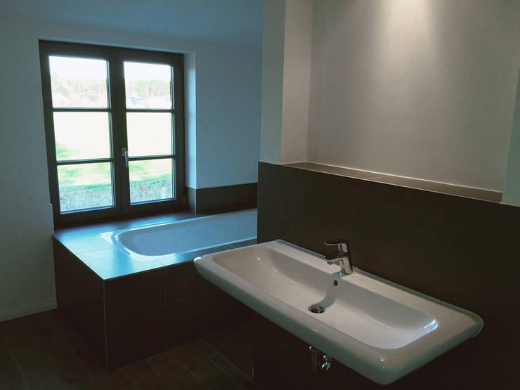 Elternbad mit Badewanne und hinter der Wand liegenden Dusche :  Badezimmer von GOLDBODEN