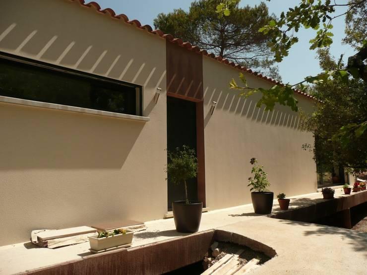 Vue façade entrée: Maisons de style  par AGENCE D'ARCHITECTURE BRAYER-HUGON