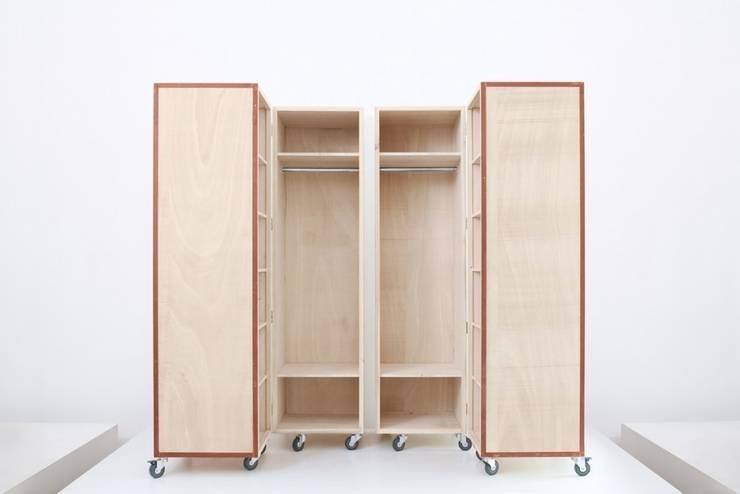 Vestidores y closets de estilo industrial por Kerti