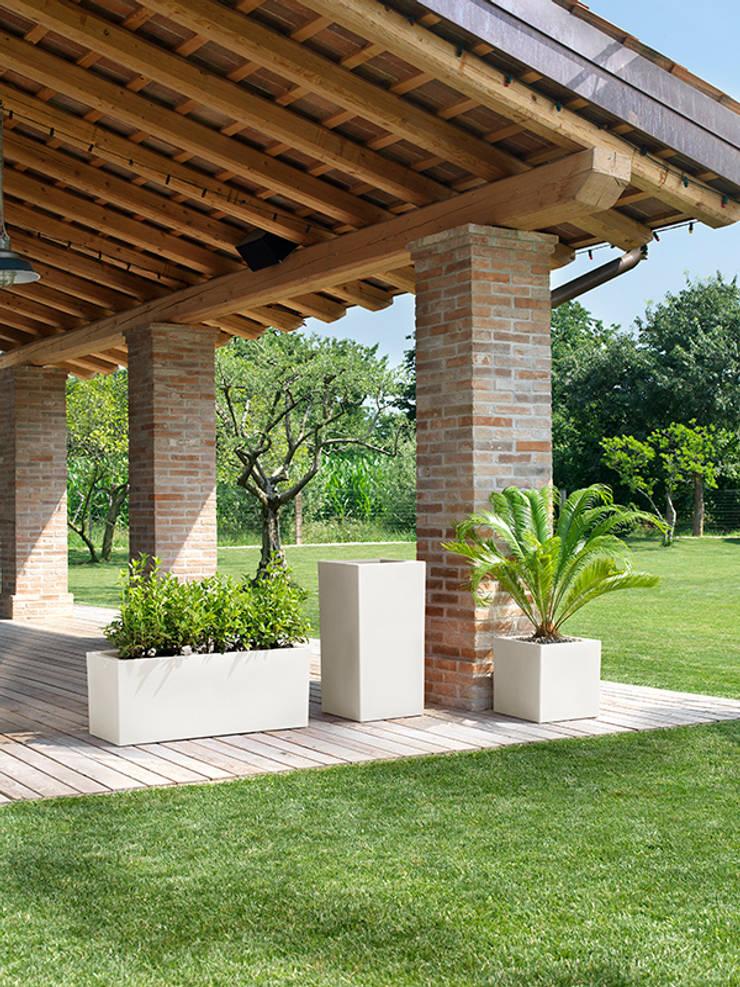 Nowoczesna donica Schio Cubo Alto: styl , w kategorii Ogród zaprojektowany przez TerraForm