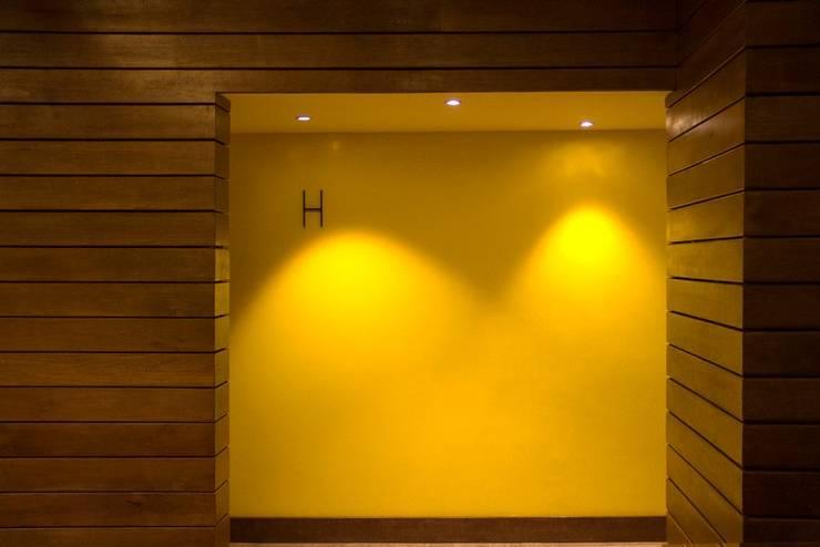 Acceso a baños: Restaurantes de estilo  por Vulca Studio