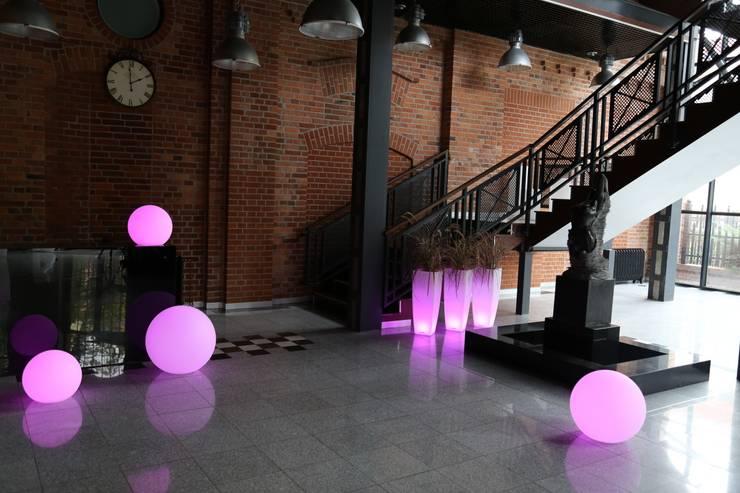 Donica podświetlana Ricola: styl , w kategorii Ogród zaprojektowany przez TerraForm