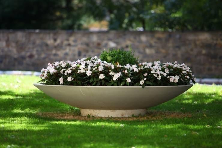 Donica  z betonu syntetycznego Plane: styl , w kategorii Ogród zaprojektowany przez TerraForm