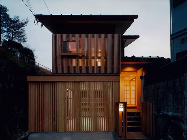 道路側外観: 堀内総合計画事務所が手掛けた家です。