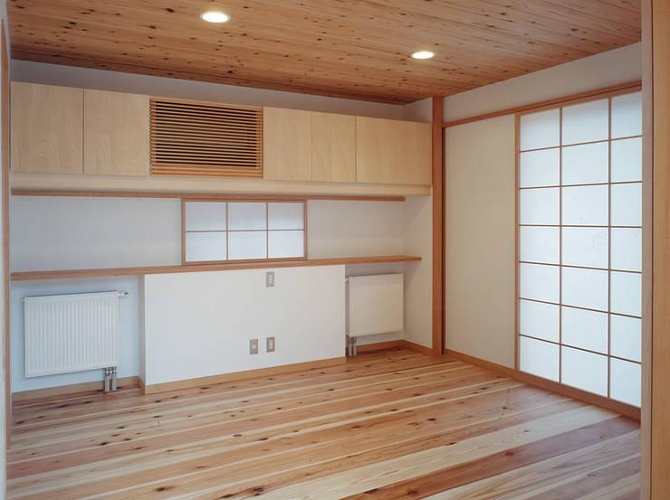 個室: 堀内総合計画事務所が手掛けた寝室です。