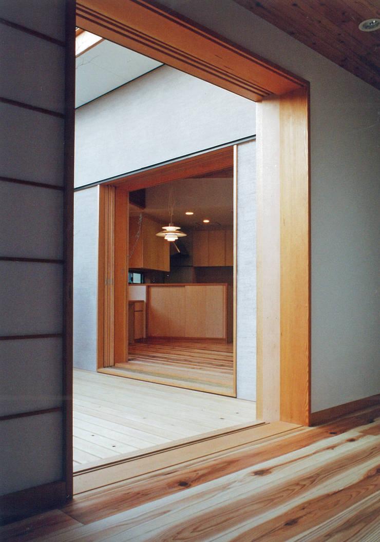 個室より中庭デッキ越しにLDKをみる: 堀内総合計画事務所が手掛けた窓です。
