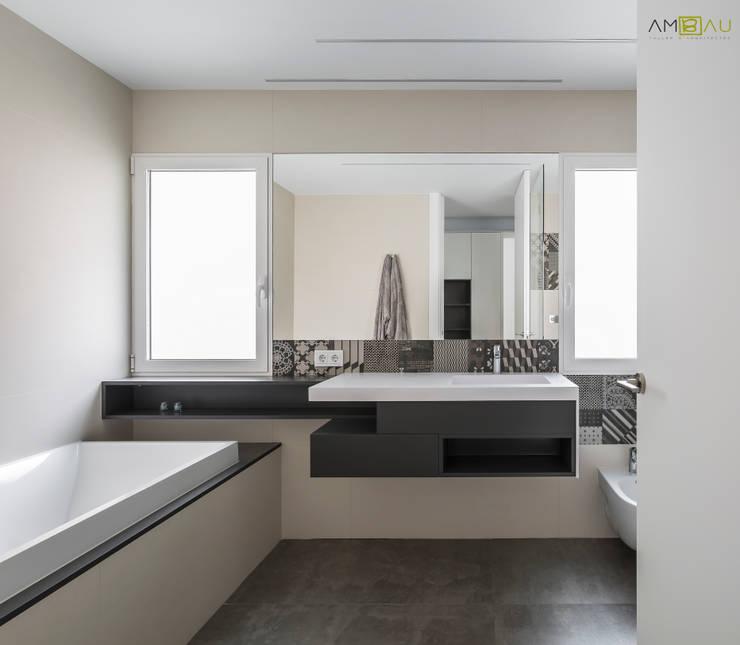 VIVIENDA EN BLASCO IBAÑEZ: Baños de estilo minimalista de ambau taller d´arquitectes