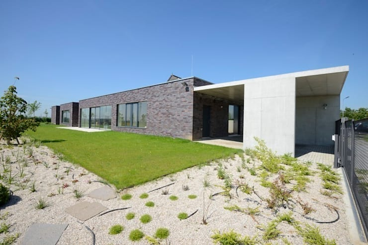 FAMILY HOUSE IN OŘECH,CZECH REPUBLIC: minimalistic Garage/shed by MARKÉTA CAJTHAMLOVÁ, ARCHITEKTONICKÁ PROJEKČNÍ KANCELÁŘ