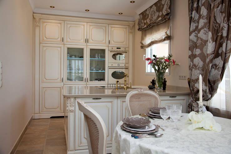 Cocina clasica provenzal Cocinas de estilo mediterráneo de Emalia Home Design Mediterráneo