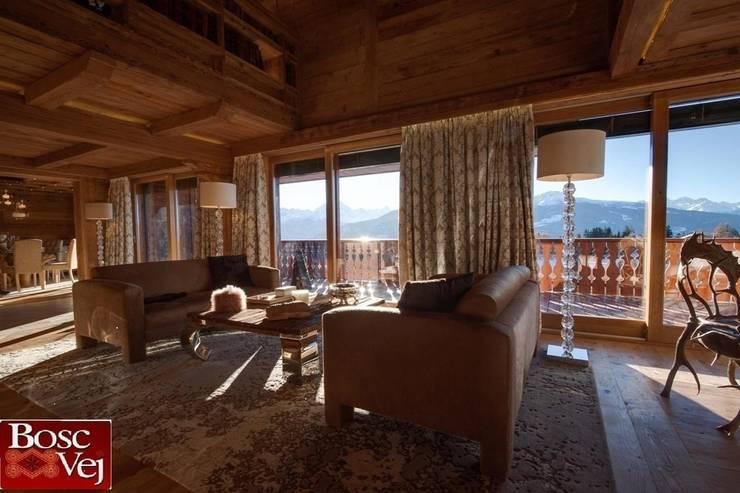 Chalet Excelsior w Crans Montana w Szwajcarii: styl , w kategorii Salon zaprojektowany przez Bosc Vej s.r.l.
