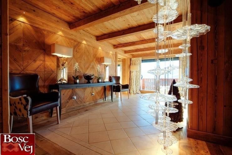 Chalet Excelsior w Crans Montana w Szwajcarii: styl , w kategorii Korytarz, przedpokój zaprojektowany przez Bosc Vej s.r.l.