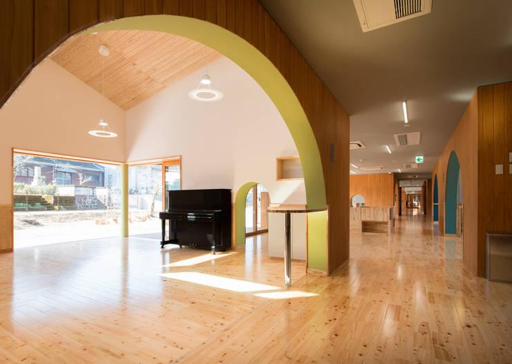 保育室とフリースペース: u.h architectsが手掛けた学校です。