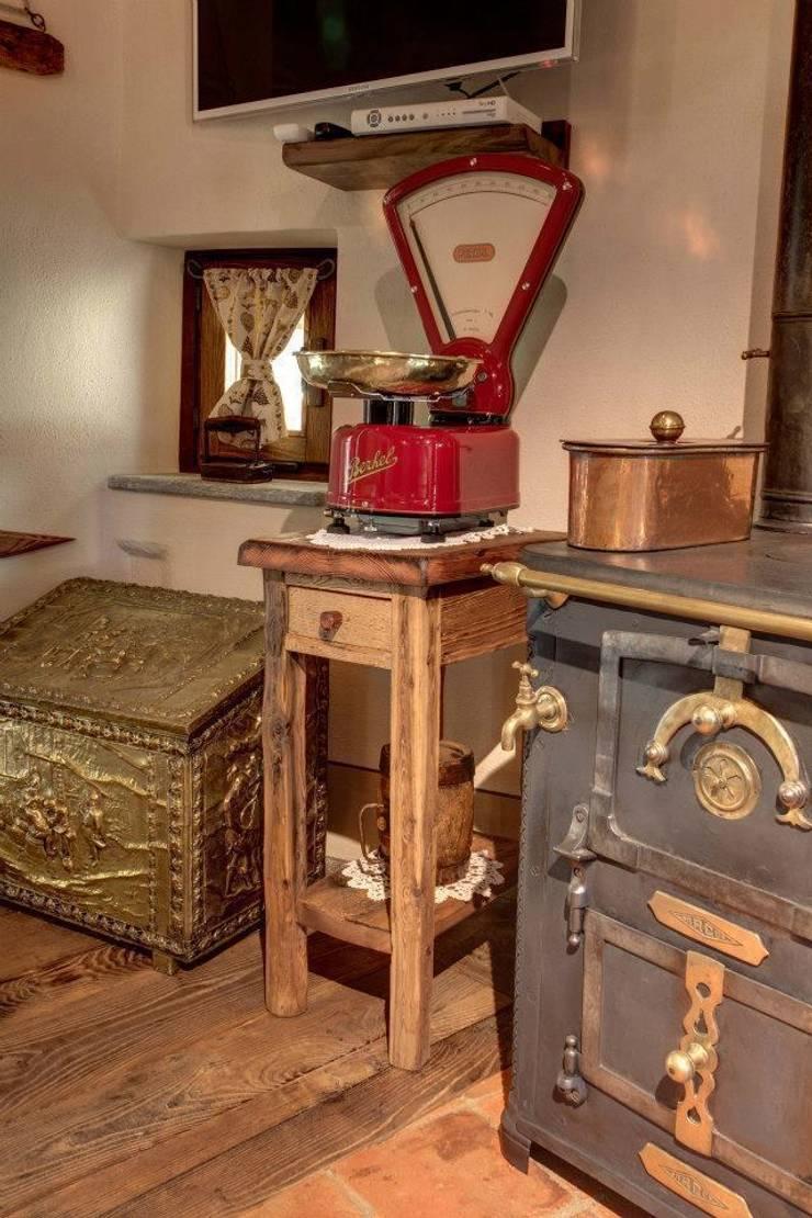 Prywatny apartament w Limone (Piemonte Włochy): styl , w kategorii Kuchnia zaprojektowany przez Bosc Vej s.r.l.