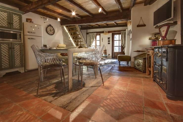 Prywatny apartament w Limone (Piemonte Włochy): styl , w kategorii Jadalnia zaprojektowany przez Bosc Vej s.r.l.