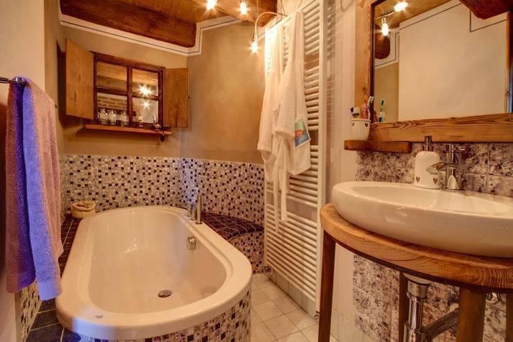 Prywatny apartament w Limone (Piemonte Włochy): styl , w kategorii Łazienka zaprojektowany przez Bosc Vej s.r.l.