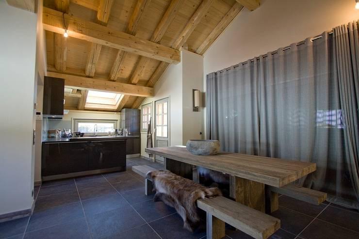 prywatny apartament w Megeve, Francja: styl , w kategorii Jadalnia zaprojektowany przez Bosc Vej s.r.l.