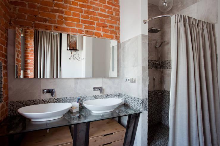 Частная квартира, г. Москва, ул. Большой Кисловский переулок (м. Арбат/Боровицкая): Ванная комната в . Автор – Дизайн-студия интерьера 'ART-B.O.s'