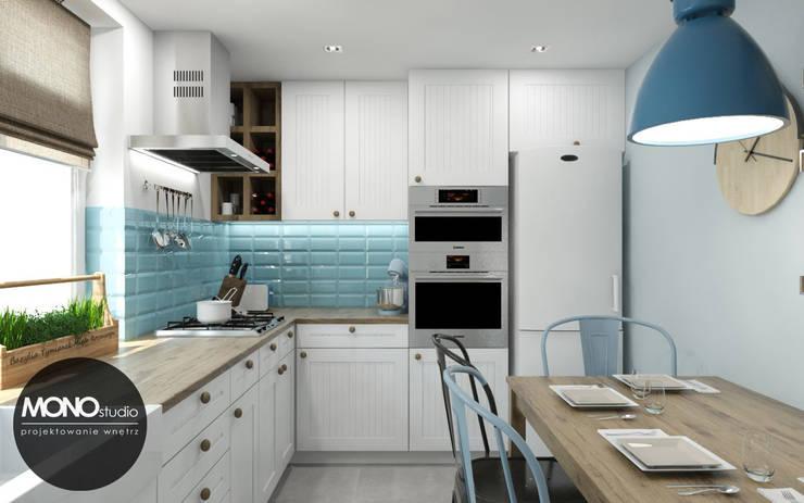 Mała funkcjonalna kuchnia w kontrastowej ale delikatnej kolorystyce: styl , w kategorii Kuchnia zaprojektowany przez MONOstudio,Skandynawski
