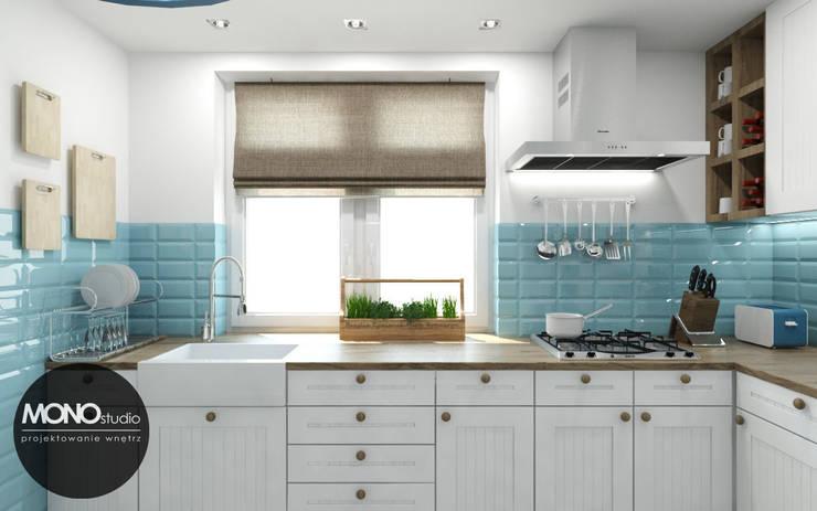Mała funkcjonalna kuchnia w kontrastowej ale delikatnej kolorystyce: styl , w kategorii Kuchnia zaprojektowany przez MONOstudio