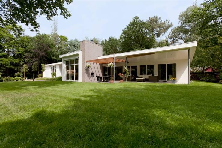overzicht voorgevel vanuit de tuin, nieuwe situatie:   door Suzanne de Kanter Architectuur & Interieur