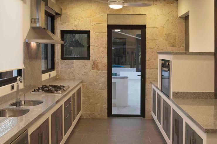 Casa Ixtapan de la Sal - Boué Arquitectos: Cocinas de estilo moderno por Boué Arquitectos