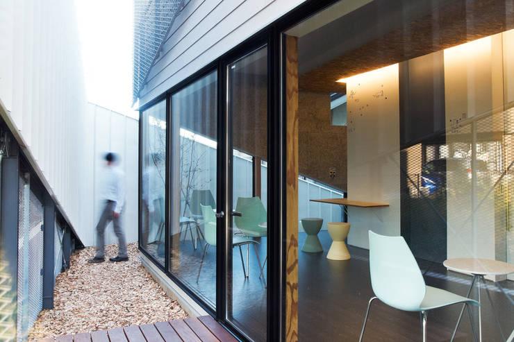 建物と塀の隙間に生まれる台形状の庭空間: atelier CHOCOLATEが手掛けた庭です。