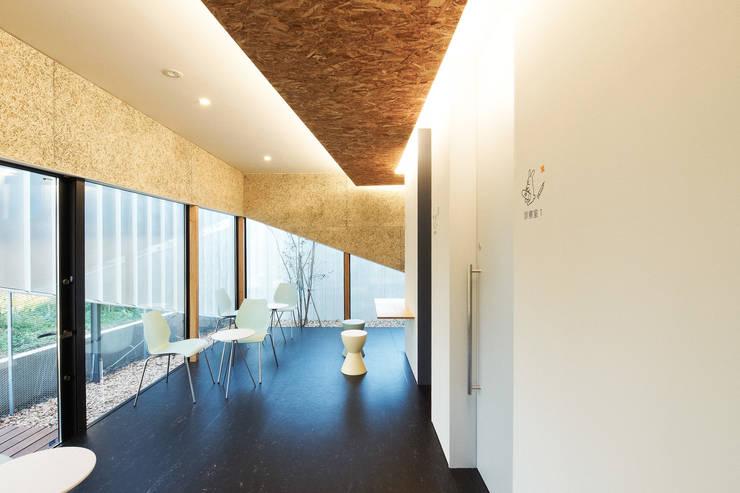 1階動物病院の待合スペース: atelier CHOCOLATEが手掛けた商業空間です。