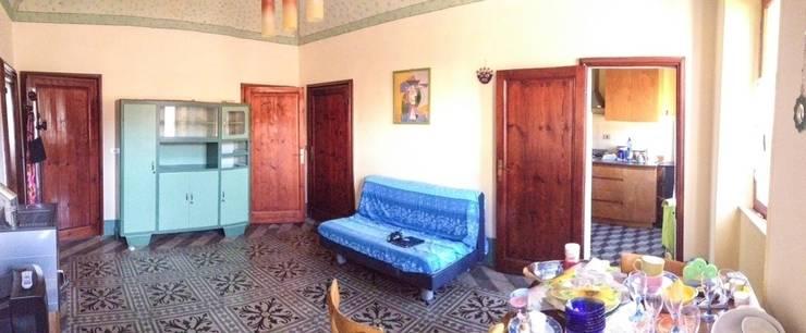 Sala-ingresso PRIMA dell'intervento: Soggiorno in stile in stile Mediterraneo di Marianna Leinardi