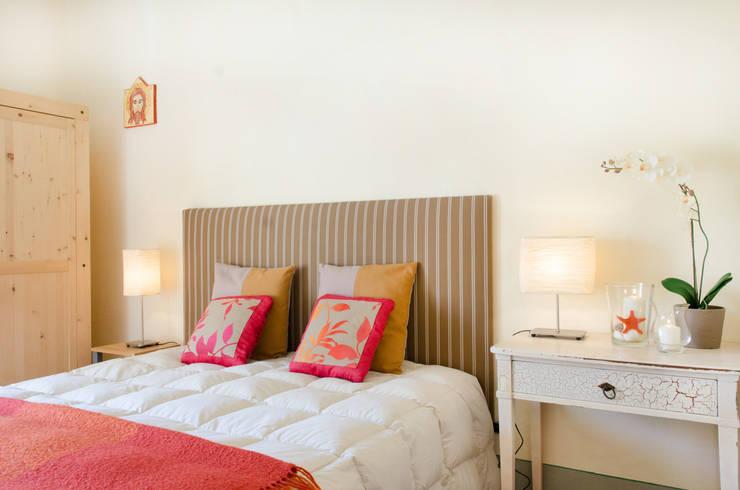 home staging casa al mare: Camera da letto in stile in stile Mediterraneo di Marianna Leinardi