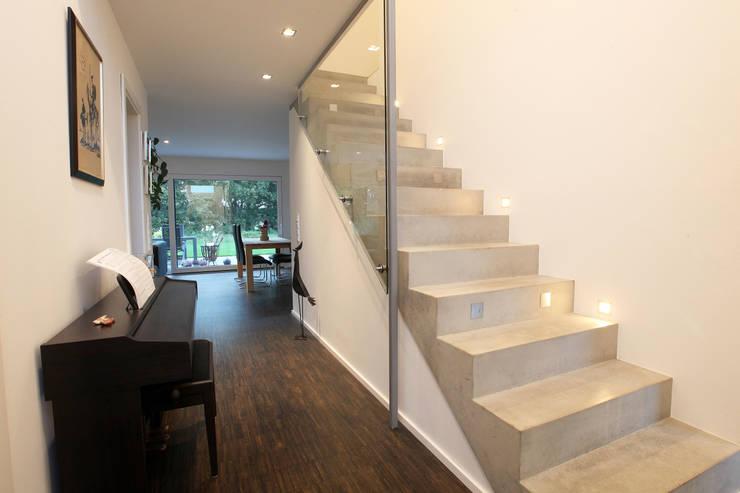 Vestíbulos, pasillos y escaleras de estilo  por Architektur Jansen